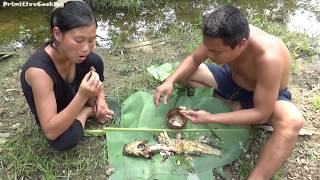 Primitive Technology - Catch fish and cooking fish on a rock...