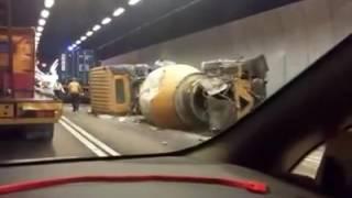 大欖隧道田螺車失控撼牆再撞貨車 兩司機輕傷(Fb群組香港突發事故報料區Tony Chow影片)