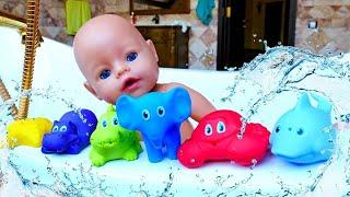 Vidéo en français pour enfants. Show Bébé born Annabelle : baignade avec les jouets
