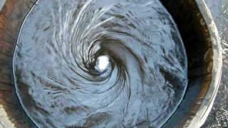 樽の中で攪拌される調剤と水。