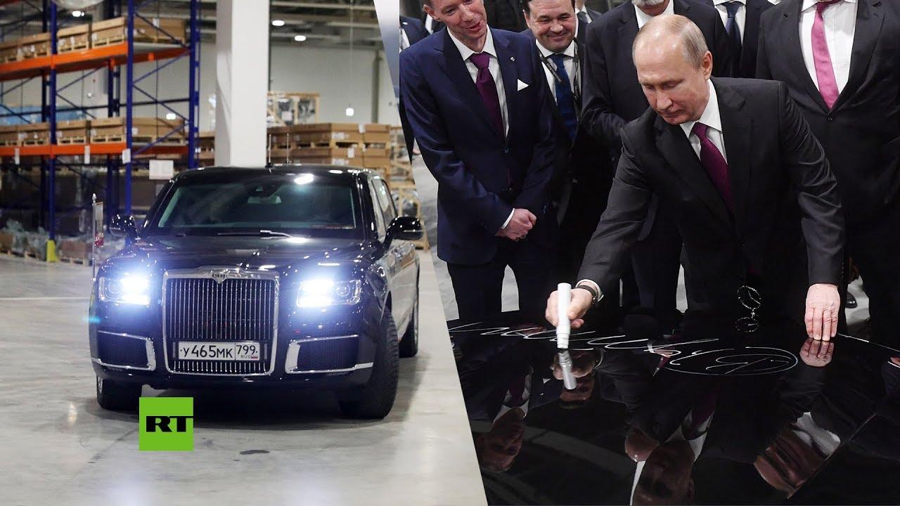 Putin entra en una fábrica de Mercedes-Benz en su limusina rusa Aurus