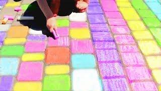 Играем с разноцветными мелками на площадке