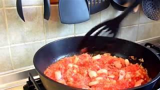 Яйца скрэмбл с томатами и сосисками