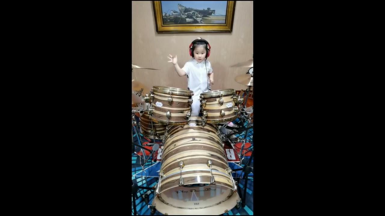 打鼓的中国小女孩 Chinese 6 years old little girl playing drums