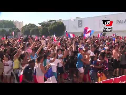 الفرنسيون يحتفلون بالأعلام والغناء بعد الهدف الرابع في مرمى كرواتيا  - 21:21-2018 / 7 / 15