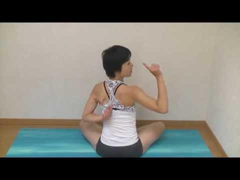 背中で合掌の形を作る方法 美しい背中 肩甲骨 手首と肘の動き ポイント ヨガ パールシュヴォッターナアーサナ