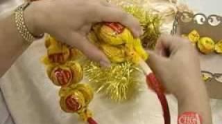 Aprenda a fazer uma linda guirlanda natalina adornada com bombons – parte 2