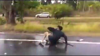Repeat youtube video วัยรุ่นตีกันกลางถนนต้อนรับสงกรานต์