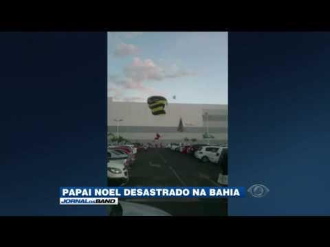 Papai Noel paraquedista erra pouso e colide com carro
