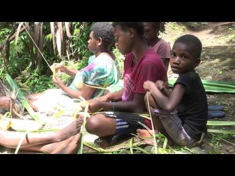 Making toys with coconut fronds / Mekem plei-plei wetem lif kokonas (Malakula, Vanuatu)