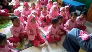 Tepuk Wudlu. Anak TK bernyanyi