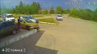 (Приколы) Девочки в маленьком Peugeot и парапет 17.07.2018 ДТП
