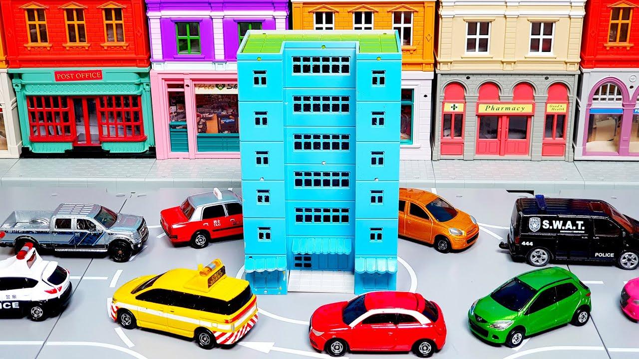 알록달록 예쁜 건물 사이에서 신나는 자동차 장난감 놀이해요