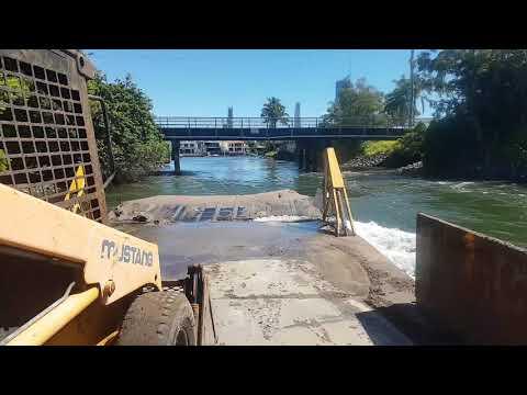 Mercury 115hp Seapro pushing 20t Barge and 3t Skidsteer😛😛