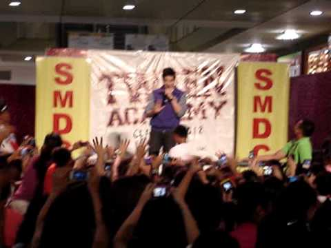 Alden Richards singing Ngiti at SM Sucat