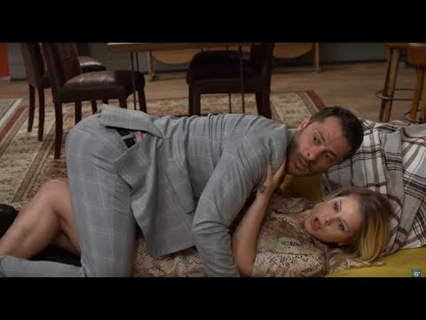 OTECKOVIA - Alex má intímnu chvíľu s blondínou a netuší, že sú v izbe traja