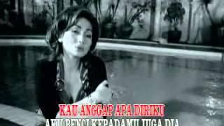 Download Nia Daniaty - Di Sini Aku Rindu Di Sana Kau Bercumbu [OFFICIAL]
