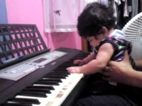 ni�a de 5 meses tocando piano