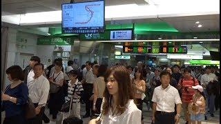 猛烈に混雑した常磐線北千住駅の改札口の風景