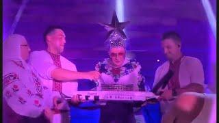 Смотреть Андрей Данилко (Верка Сердючка) играет на пианино на свадьбе у Потапа и Насти онлайн