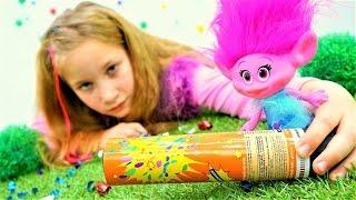 Новогодний подарок от Тролля Розочки. Видео для детей с игрушками