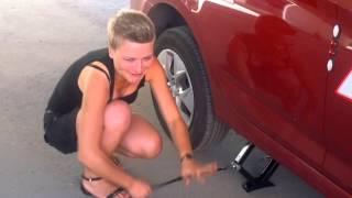 Как заменить колесо ! Или Аня ставит запаску !(, 2015-08-10T21:37:25.000Z)