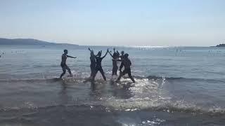 Биробиджанский «Мазлтов» репетирует на берегу моря в Болгарии