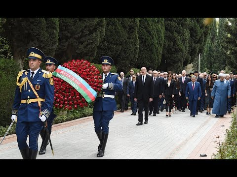 Президент и члены его семьи посетили могилу великого лидера Гейдара Алиева