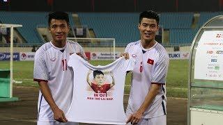 Đình Trọng được Duy Mạnh và Tiến Dũng tri ân ngay sau trận đấu với CHDCND Triều Tiên