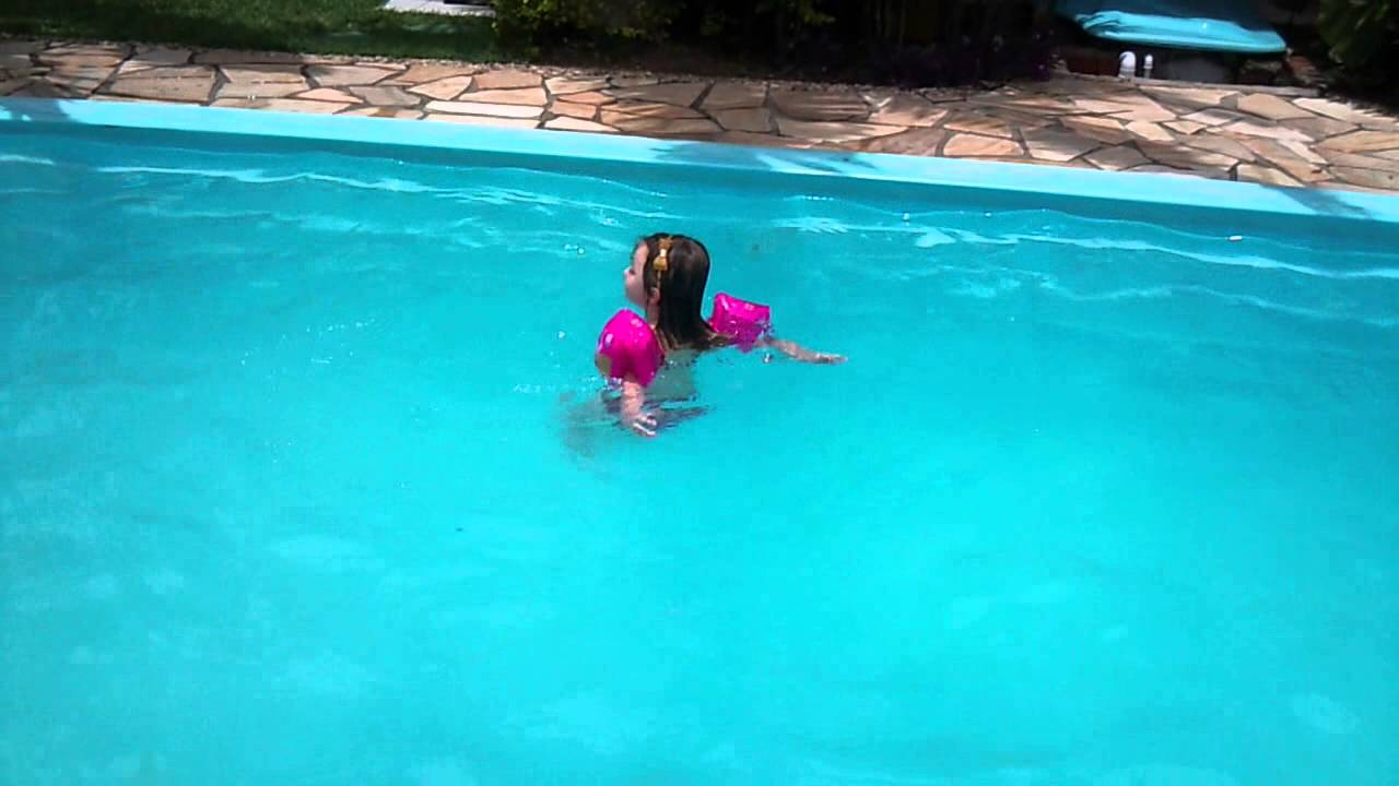 Alice nadando sozinha na piscina grande 3 anos e 6 meses for Piscina de r 100