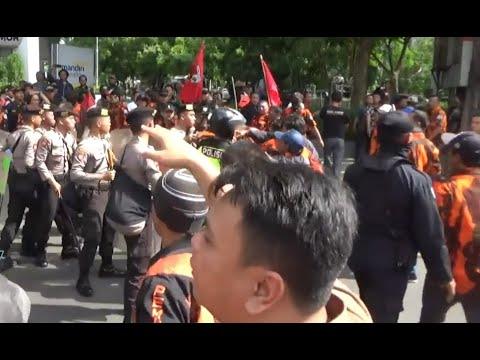 Dihadang Ormas, Aksi Mahasiswa di Surabaya Diwarnai Kericuhan