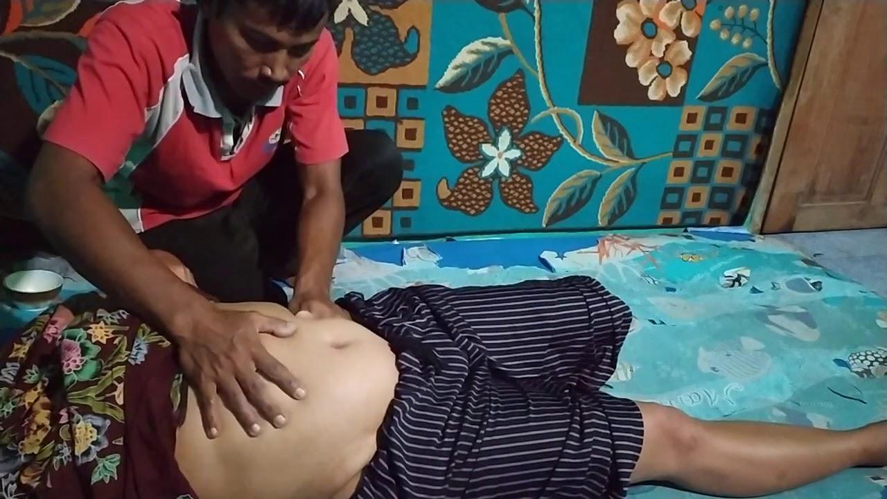 Pijat perut wanita keluhan perut terasa penuh
