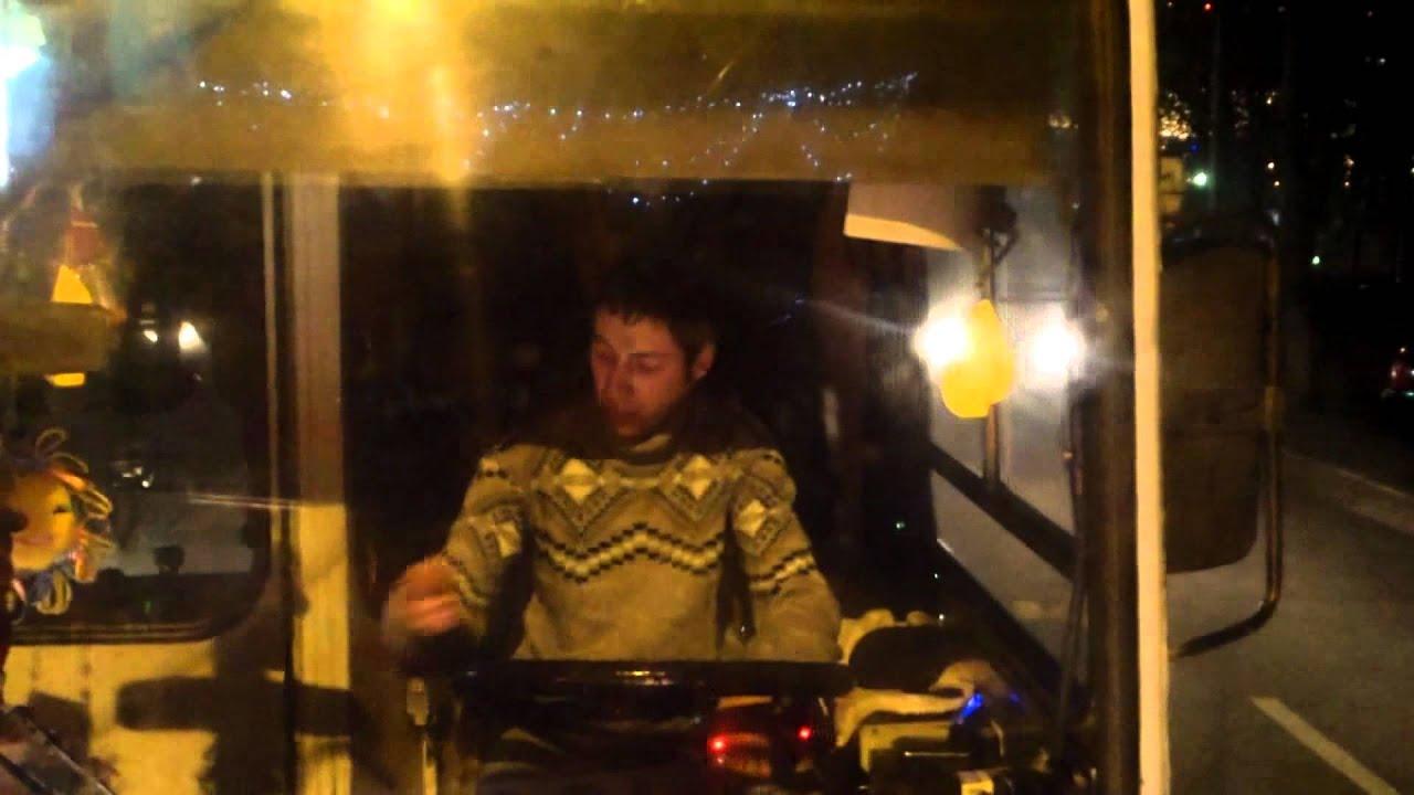 Șoferul de troleu #24 mănîncă semințe din mers