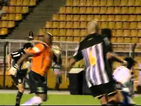 Gol do Santos! Ap243;s escanteio Rodrigo Possebon domina e chuta para empatar, aos 45 do 2186;.wmv