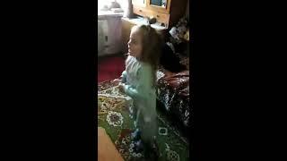 ты пчела я пчеловод.  поет моя маленькая внучка Дашенька 4 годика