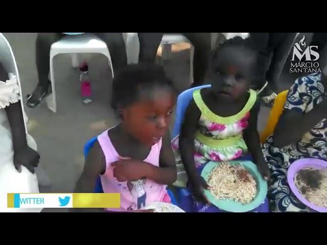 Todos os dias centenas de crianças são alimentadas na África