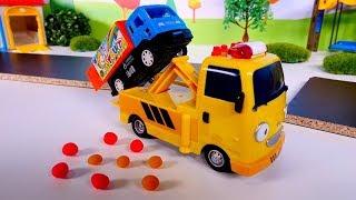 Spielspaß mit den Helfer Autos. Die Spielzeugautos reparieren die Straße.