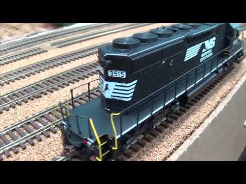 AWESOME BUDGET LOCO! New Run Of Athearn RTR SD40-2's - (with A Comparison)