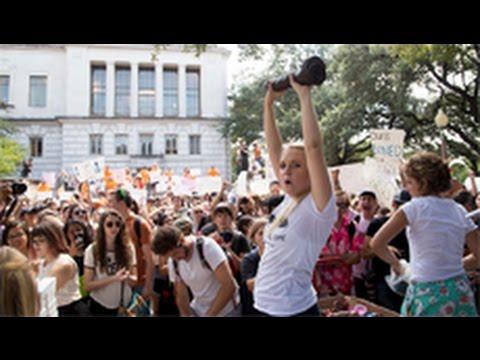 Sinh viên UT Austin mang 'sex toy' để phản đối súng