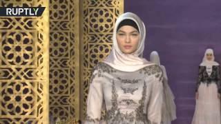 ابنة قادروف تقدم مجموعة أزياء من تصميمها أثناء العرض المثير