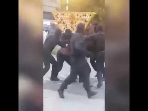 Толпа сотрудников полиции избивают одного гражданского Ужас Казахстан