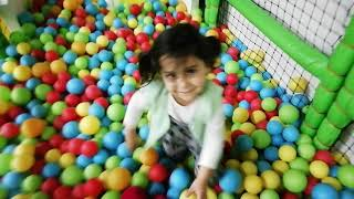 Ayşe Ebrar ile Çilek Kıza Oyun Parkında Kaydırakta Renkli Toplardan Engel Yaptık.