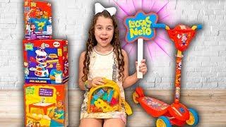 SARAH FINGE BRINCAR com brinquedos do LUCCAS NETO