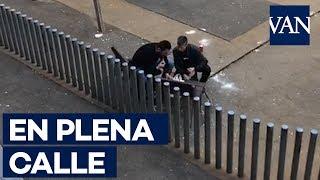 Dos personas consumen drogas en un parque infantil del Raval, Barcelona