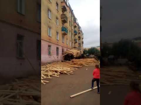 Грузовик с досками протаранил дом в Улан-Удэ