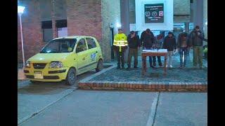 Esta sorpresa se llevaron policías al hacer detener un taxi en calle de Bogotá - Ojo de la noche