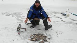 Рибалка з льоду на малій річці Підмосков'я.