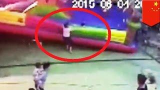 バウンスキャッスル 突風で煽られ3歳児死亡 thumbnail