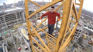 GoPro на крюке башенного крана. GoPro on the hook of a tower crane. thumbnail