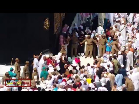 Hard Job To Remove Crowd From Hajr-e-Aswad By Saudi Police  At Prayers Time Five Times A Day